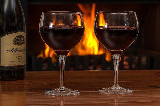 červené víno u krbu
