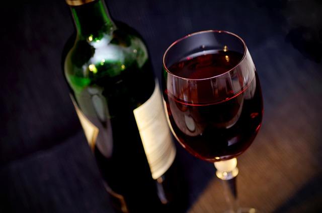 láhev a sklenice vína