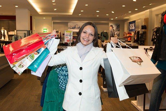 žena po nakupování