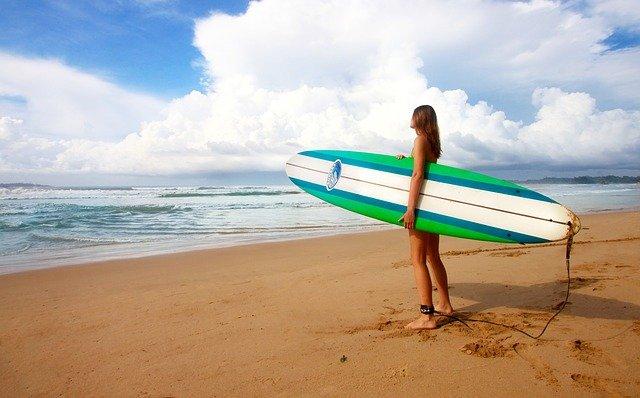surfařka na pláži