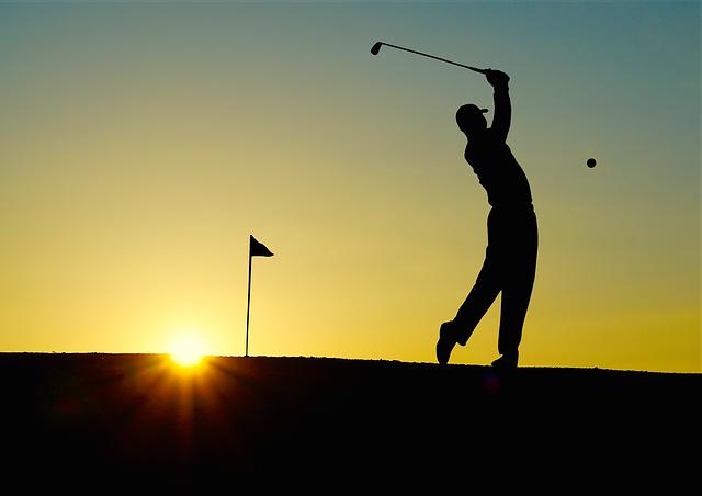 golf při západu slunce
