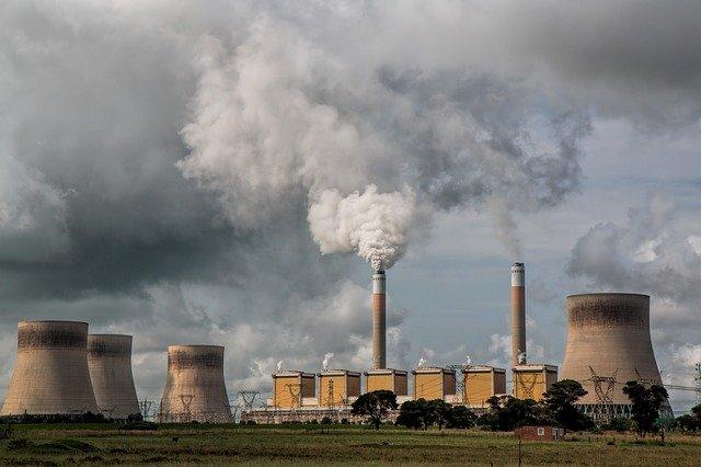kouř z elektrárny
