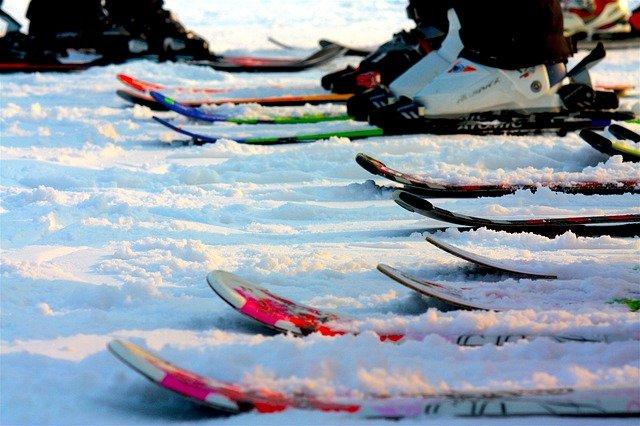 lyže na sněhu