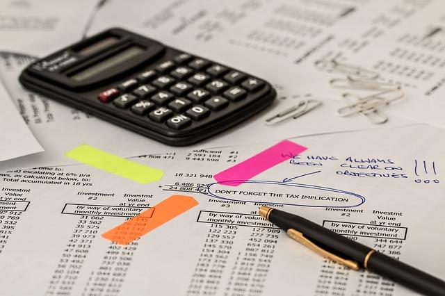 kalkulačka, propiska a mnoho papírů, propočtů atd.